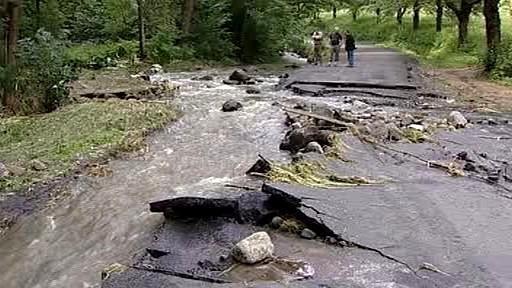 Voda podemlela silnici