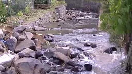 Nánosy kamení v korytě oldřichovského potoka