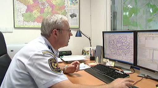 Jeden z hasičů kontroluje databázi letních táborů