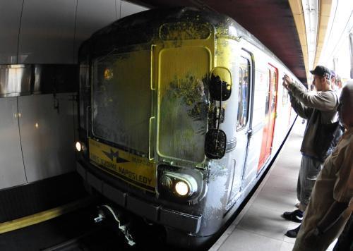 Čelní vůz metra po útoku neznámého vandala