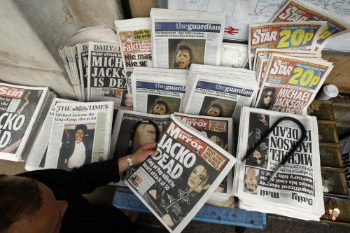 Média informují o smrti Michaela Jacksona