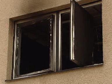 Ohořelé okno finančního úřadu ve Voticích