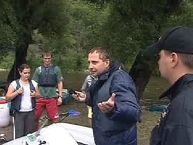 Vodák diskutuje s policejní hlídkou