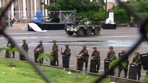 Armáda před prezidentským palácem v Hondurasu