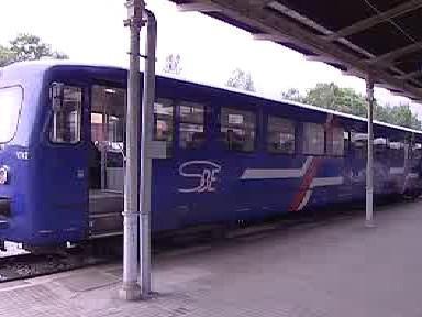 Osobní vlak na trati v oblasti Trojzemí