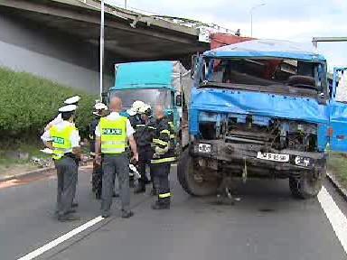Policisté vyšetřují pád auta z vozovky