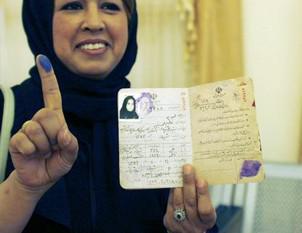 Íránská žena po odevzdání svého hlasu