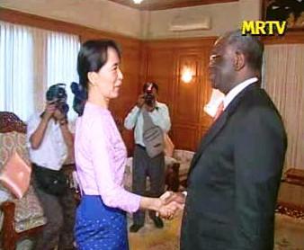 Do Aun Schan Su Ťij a Ibrahim Gambari