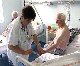 Sestra pečuje o pacienta