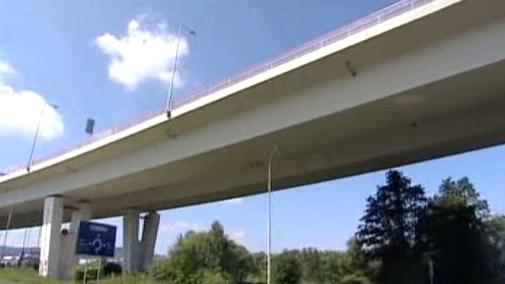 Jeden z mostů na silnici R6