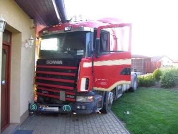 Kamion po nárazu do domu