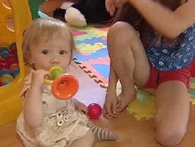 Dítě si hraje s umělohmotnou hračkou
