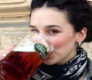 Slečna pijící brněnské pivo