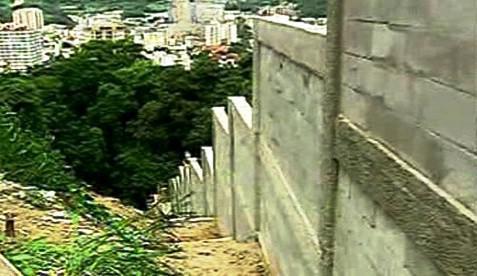 Zeď kolem slumu v Rio de Janeiru
