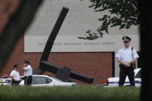 Policie před muzeem holokaustu