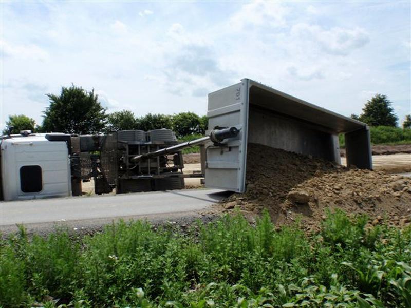 Převrácené nákladní auto