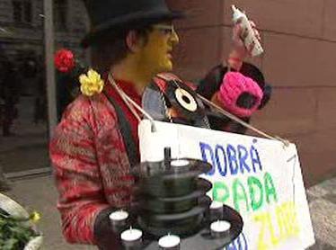 Protestující na podporu Radia Wave