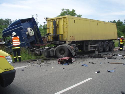 Kamion po střetu s osobním autem