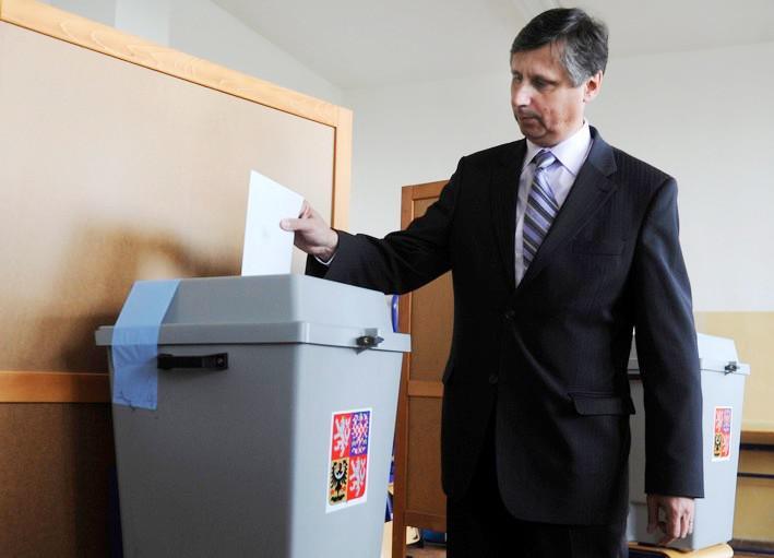 Premiér Jan Fischer u volební urny
