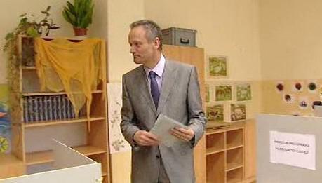 Cyril Svoboda ve volební místnosti