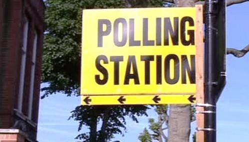 V Británii se otevřely volební místnosti
