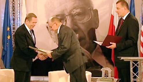Václav Havel přebírá cenu
