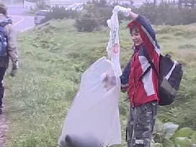 Žák ukládá odpad do pytle