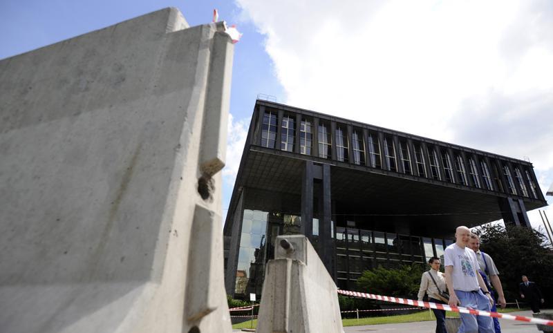 Odstraňování zábran u budovy bývalého Federálního shromáždění