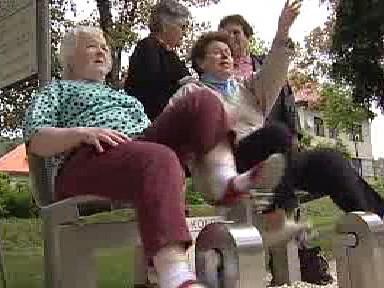 Seniorky na hřišti šlapou na kolech