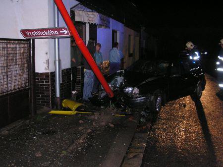 Auto po nárazu do sloupu