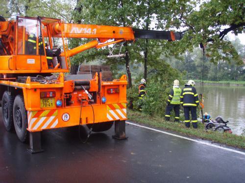 Jeřáb hasičů u nehody