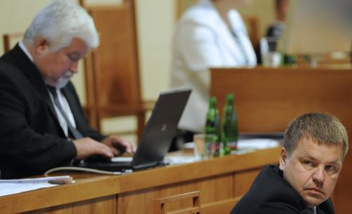 Petr Tluchoř a Petr Pithart na schůzi Senátu