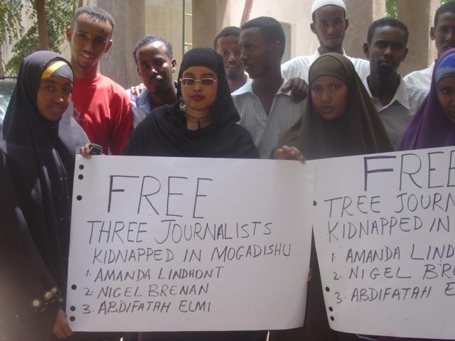 Somálci demonstrující za propuštění unesených novinářů