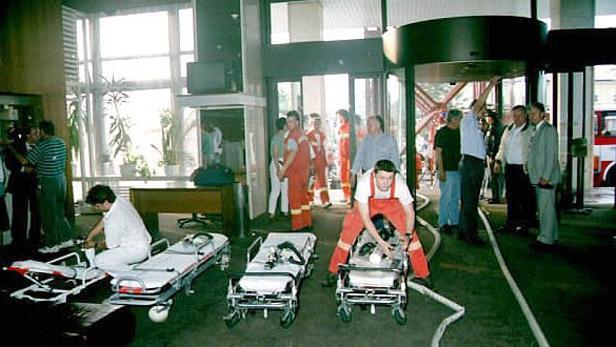 Záchranáři ve vestibulu hotelu Olympic