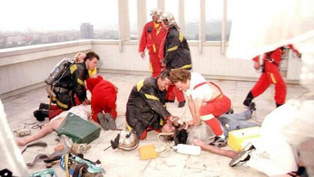 Resuscitace zraněných při požáru hotelu Olympik