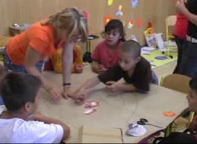 Děti při plnění úkolů o zásadách správné výživy