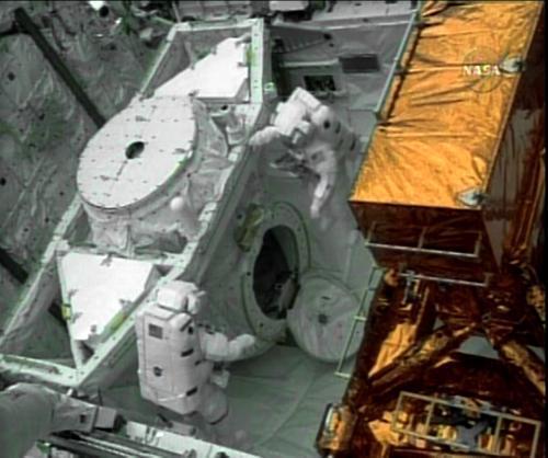 Astronauté opravují Hubbleův teleskop