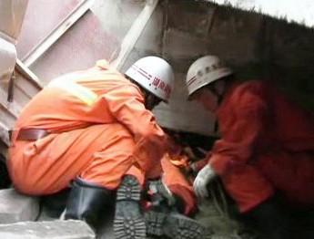Čínští záchranáři odklízejí trosky zříceného mostu