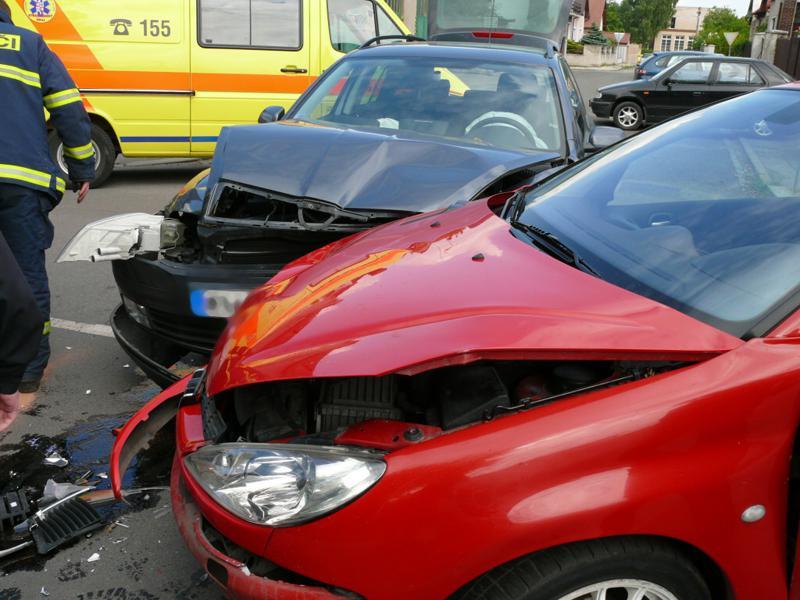 Střet dvou osobních aut