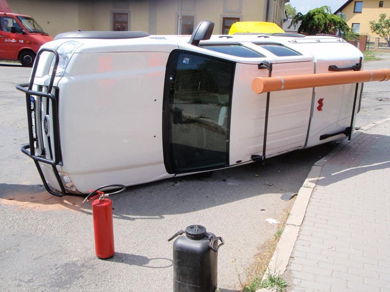 Převrácené auto po nehodě