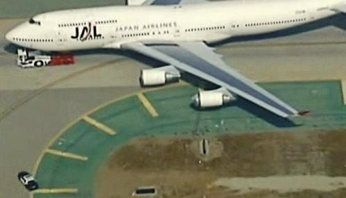 Japonské letadlo nasálo kontejner na zavazadla