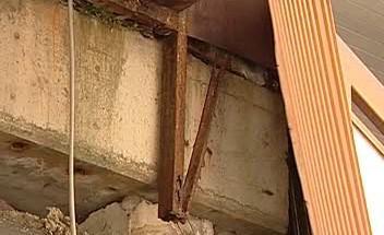 Poškozený panelový dům
