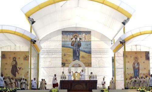 Papež slouží mši pod širým nebem