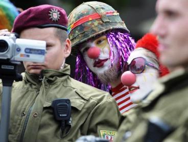 Klauni sledují dozorující policisty