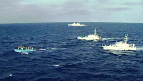 Italské námořnictvo provází imigranti z Libye
