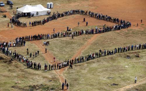 Fronta před volební místností v JAR