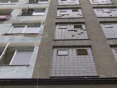 Zdevastovaná fasáda ubytovny