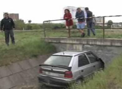 Auto v odvodňovacím kanále