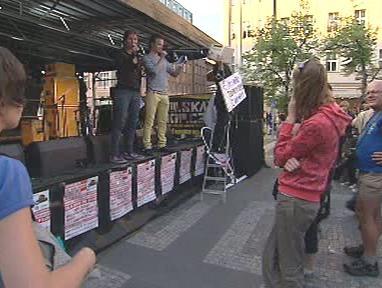 Lidé protestují proti mediálním radám