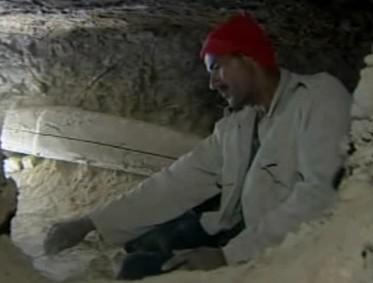 Archeolog při práci